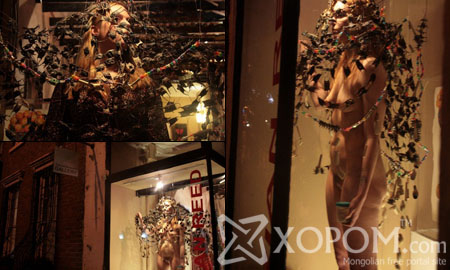 Галерейн цонхон дээр эхээс төрсөн биеэрээ буюу бүрэн нүцгэн зогсоо бүсгүй [16 фото]