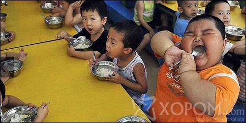 Гуравхан настай мөртлөө 63 кг жинтэй хүүхэд Хятадад амьдарч байна
