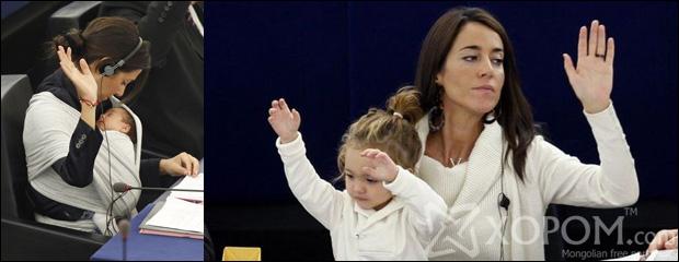 Хоёр настай охин Европын парламентын санал хураалтанд оролцож байна